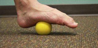Stretching fascia plantare con pallina da tennis